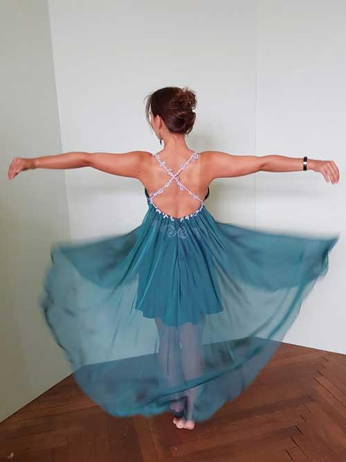 Federleichtes-Abendkleid-Rückenansicht