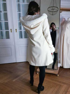 Weißer Damenmantel mit Kunstfellbesatz